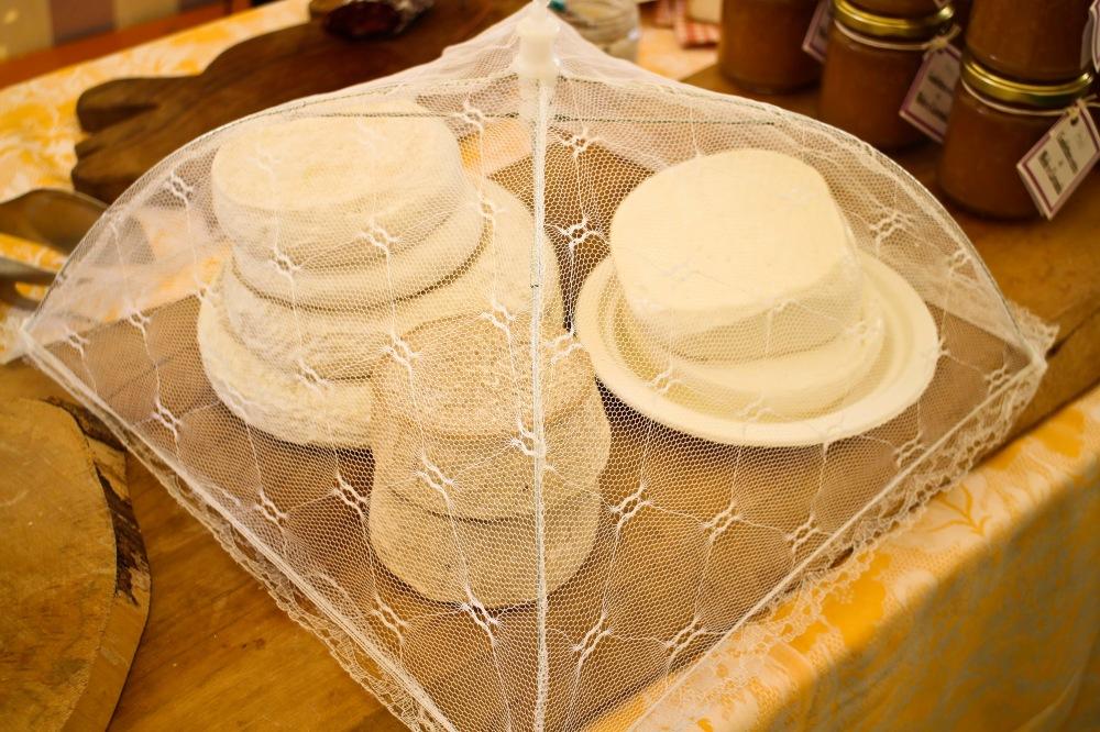 «… ogni formaggio aspetta il suo cliente, si atteggia in modo d'attrarlo, con una sostenutezza o granulosità un po' altezzosa, o al contrario sciogliendosi in un abbandono» Italo Calvino - Palomar