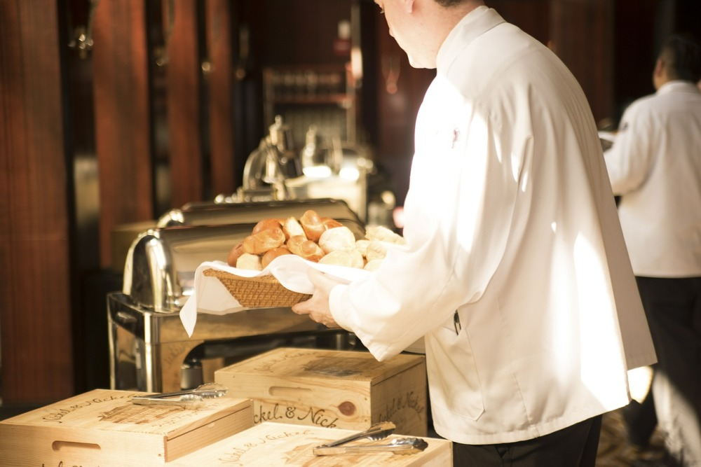 R5-waiter-492872_1280
